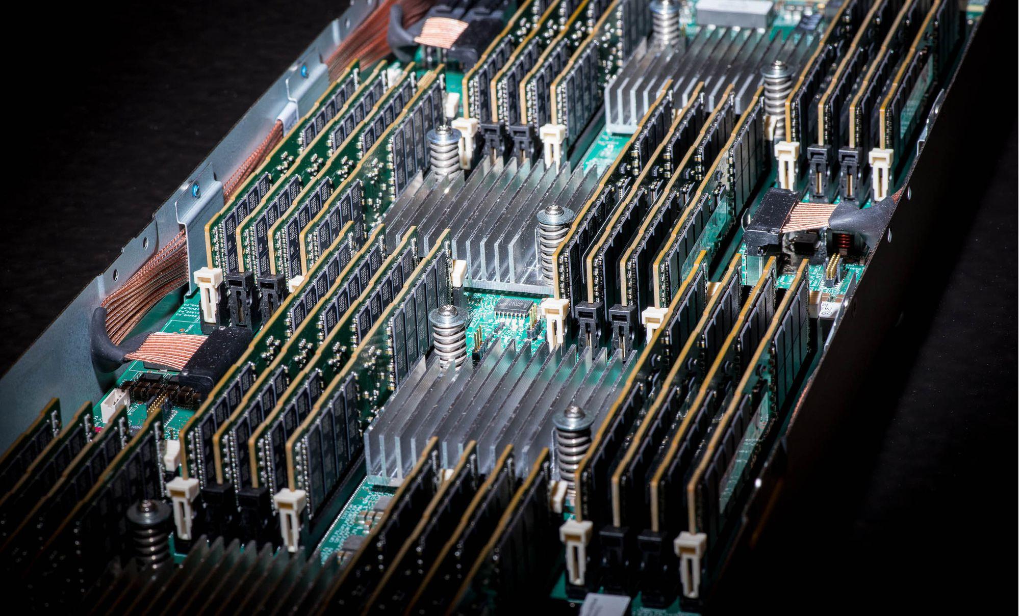 Et av kretskortene til HPEs nye prototype. Som man ser, er hvert kort utstyrt med mange minnemoduler.