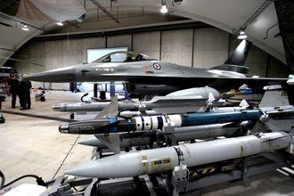 Tidligere og nåværende F-16-missiler: AIM-120A Amraam (nærmest), AIM-9L Sidewinder og Iris-T.