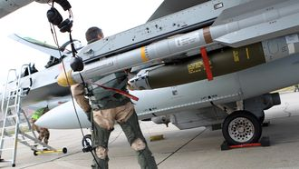 Iris-T (AIM-2000) nest ytterst på vingen på et norsk F-16 på Kreta i 2011.