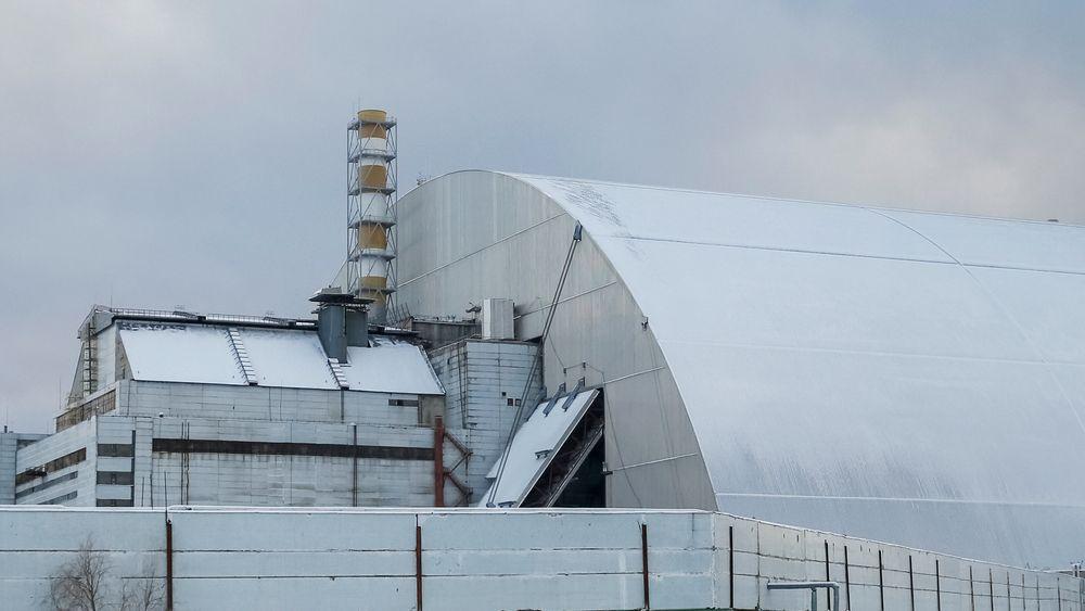 En gigantisk metallkonstruksjon er plassert over den gamle sarkofagen som dekker den ødelagte 4. reaktoren på Tsjernobyl-kraftverket. Bildet er tatt 29. november 2016.