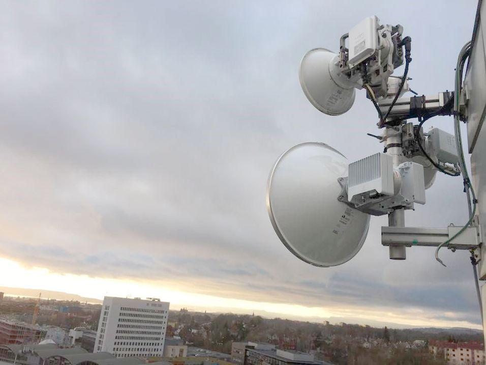 Fra Telias bygg i Nydalen skytes det med en 2,1 GBit/s radiolinje til Bjølsen studentby. Den benytter 38 GHz-båndet og har en diameter på 60 centimeter.