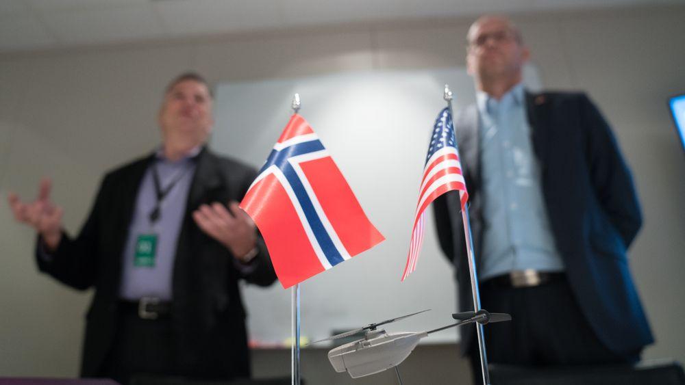 Prox Dynamics-sjef Gudmund Kjærheim (t.h) og FLIR-sjef Andy Teich møttes på Asker onsdag i forbindelse med underskriving av avtalen. I forkant vises Black Hornet-dronen.