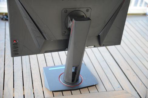Foten er solid og enkel å justere.