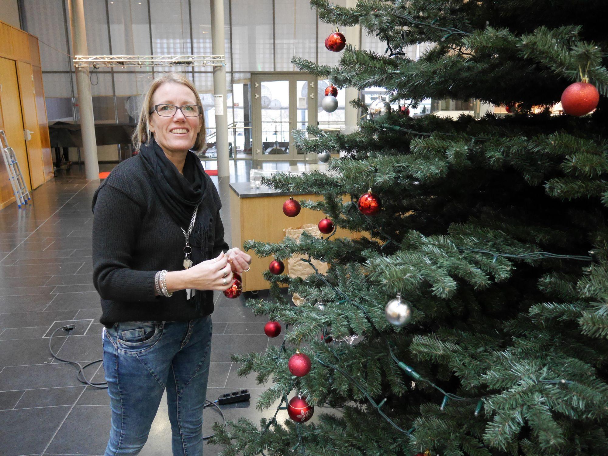 PYNTER TIL JUL: Britt Gustavsen i Kolben er her i gang med å pynte det flotte juletreet i Kolben.