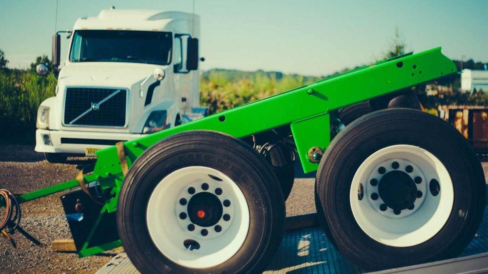 Denne erstatter bakerste aksling på semitrailere, og gjør vogntoget om til en hybrid.