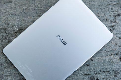 ZenPad 3S er lekker å se til, men vær obs på at baksiden samler fingermerker som har en tendens til å tørke og sitte fast. Her må man frem med våt klut for å gjøre rent en gang i blant.