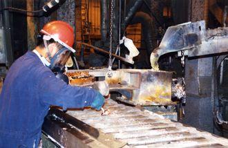 Resirkulering av blybatterier i et gjenvinningsanlegg.
