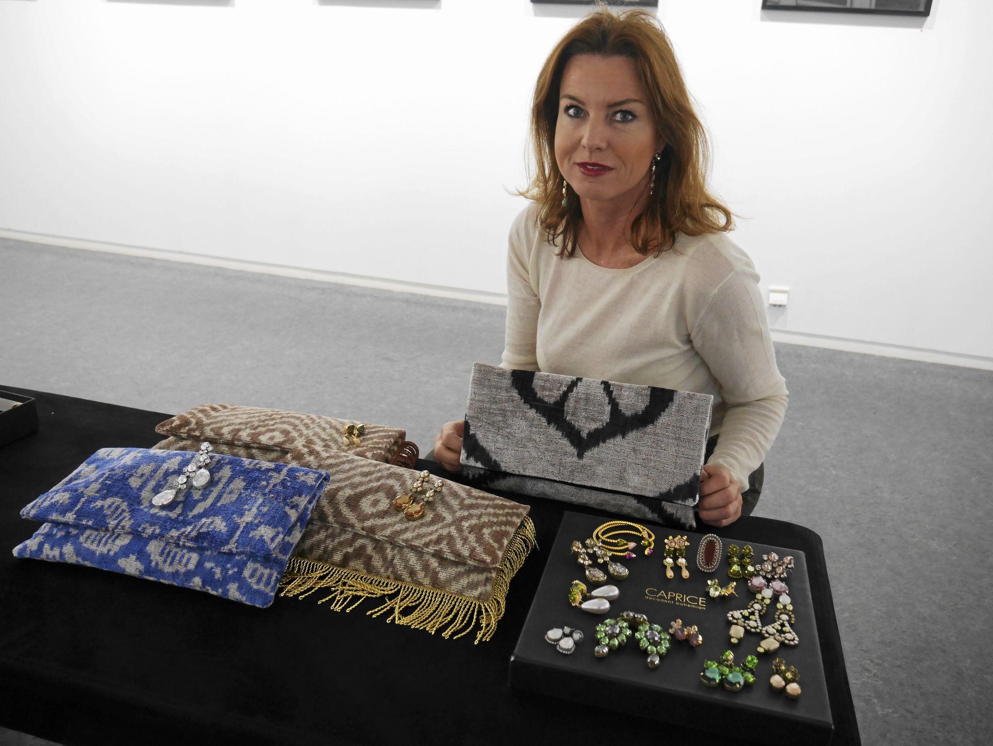 MYE FINT: Smykkekunstner Gunilla Sterud fra Oslo gleder seg til utstilling.
