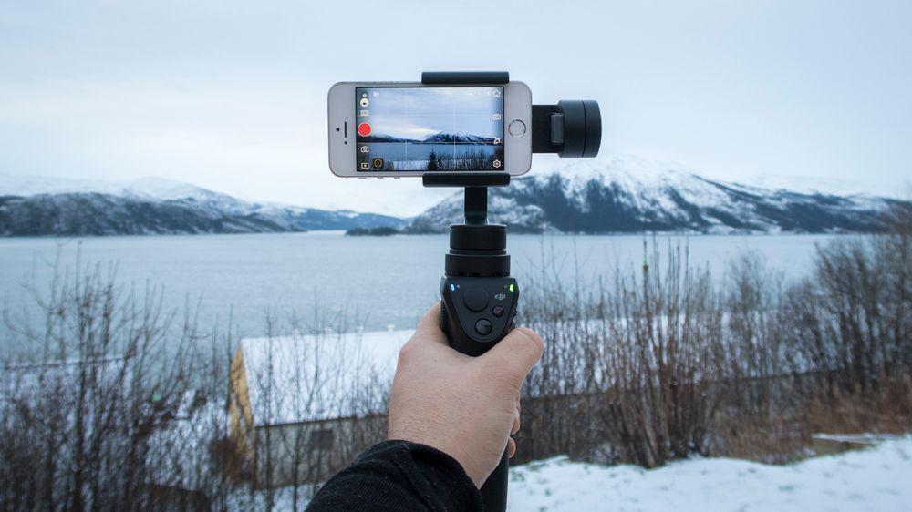 DJI Osmo Mobile bruker smarttelefonen vår som kamera og sparer oss for noen tusenlapper.