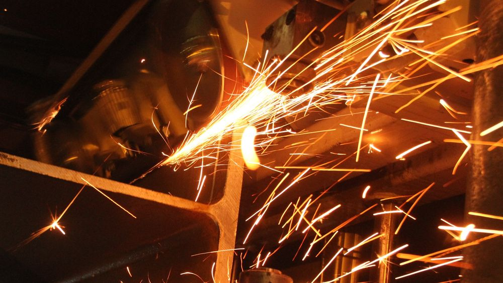 Gnister fra sveising, eller sliping som på bildet skaper risiko for brann eller eksplosjon.