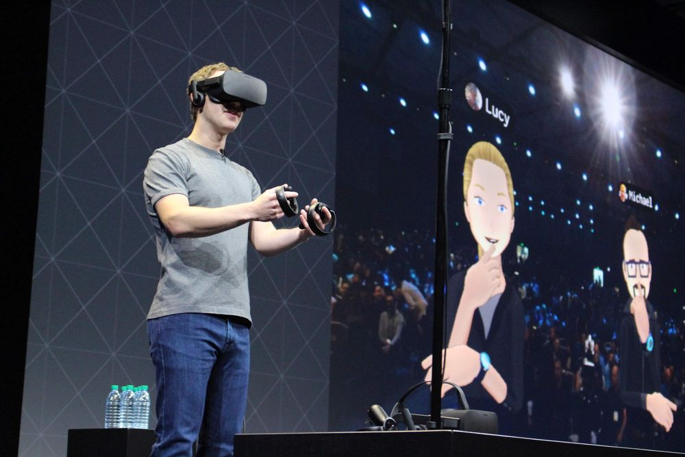 Administrerende direktør i Facebook, Mark Zuckerberg, holder foredrag under Oculus' utviklingskonferanse i San Jose i oktober i år med VR-briller på.