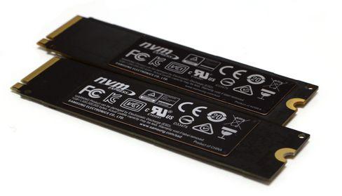 Samsung 960 Evo i forgrunnen har samme type kobberbelagt «varmesprederklistremerke» som 960 Pro.