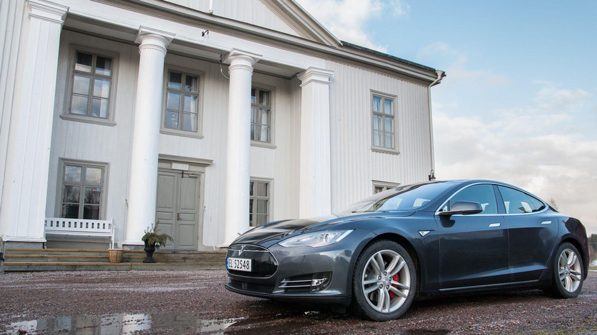 Neste mandag møter Tesla 10 skuffede eiere av Model S P85D i Oslo tingrett. De ti eierne krever hver 129.700 kroner i prisavslag, fordi de mener bilen har for lav effekt.