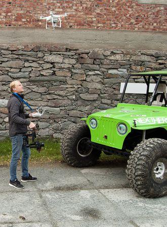 Det startet med et gammel kamera festet på et kosteskaft. I dag lager Bjørn Michaelsen motorsportfilmer med crew på opptil syv personer som opererer droner, stabilisator-kameraer, skulderrigger og GoPro-kameraer.