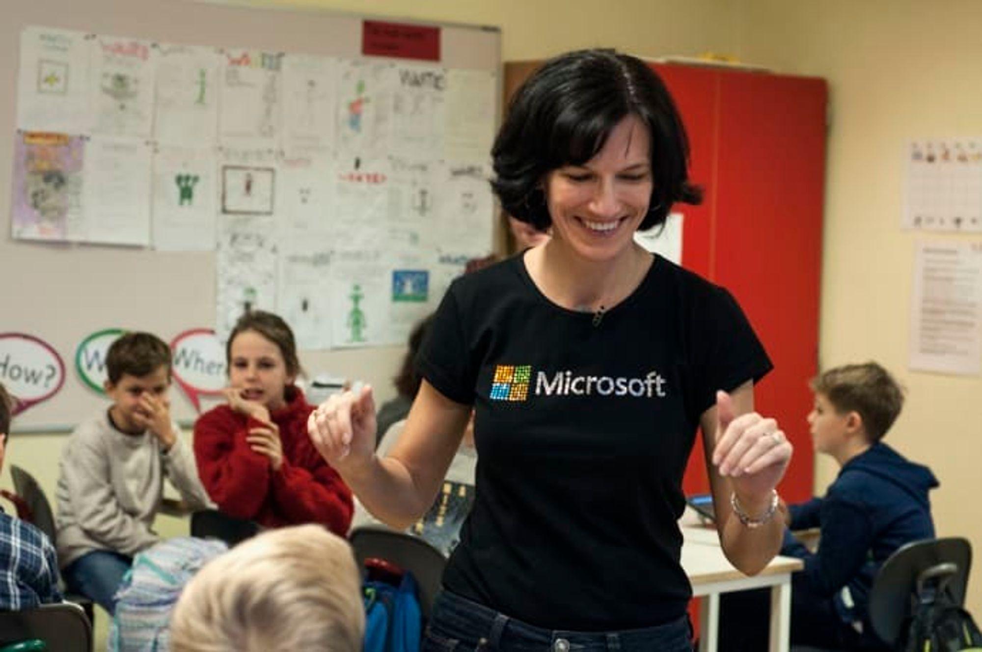 Administrerende direktør i Microsoft Norge Kimberly Lein-Mathisen var med på åpningen av Kodetimen på Jar skole i Bærum.