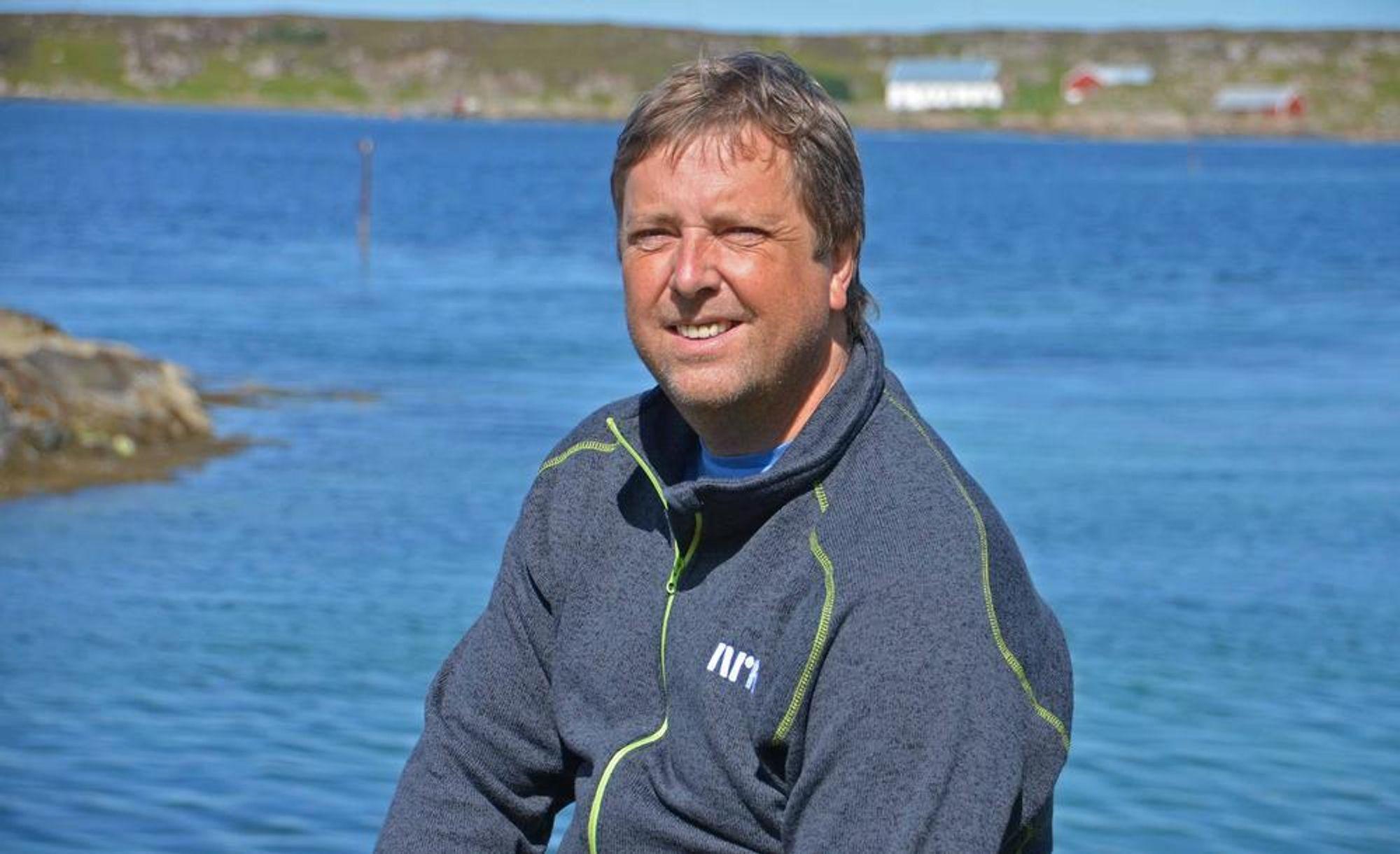 Redaktør Tore Strømøy ute på øya Frøya, der han også driver nettavisen Frøya.no.