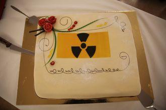 Ife feiret de 20 ekstra budsjettmillionene til opprydding av atomavfall med atomkake (ikke radioaktiv) på Kjeller onsdag.