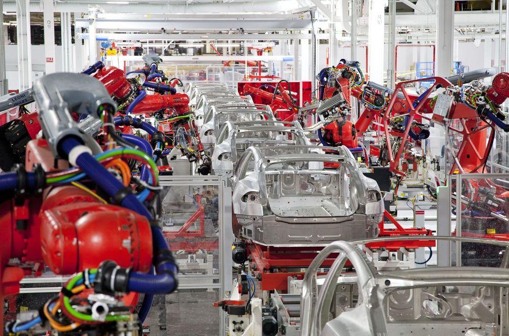 Dairmuid O'Connell snakker ofte om veien til masseproduksjon av elbiler for å oppnå en betydelig miljøeffekt. Her jobber  robotene på Teslas fabrikk i Fremont, California.