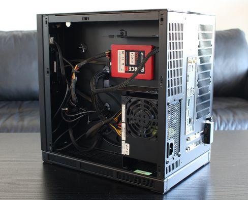 Med strømforsyning, en 2,5-tommers SSD og oppskriftsmessig kabelvas på plass.