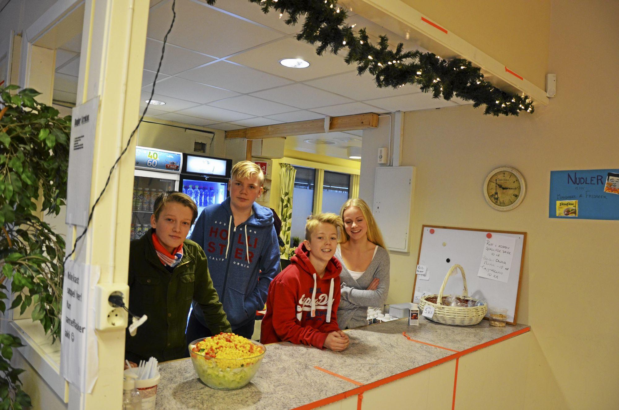 FORRETNINGSDRIVENDE: Marius, Leon, Oskar og Tuva er allerede bedriftseiere. De driver nemlig kantinen på Sofiemyrtoppen skole som elevbedrift gjennom Ungt Entreprenørskap.