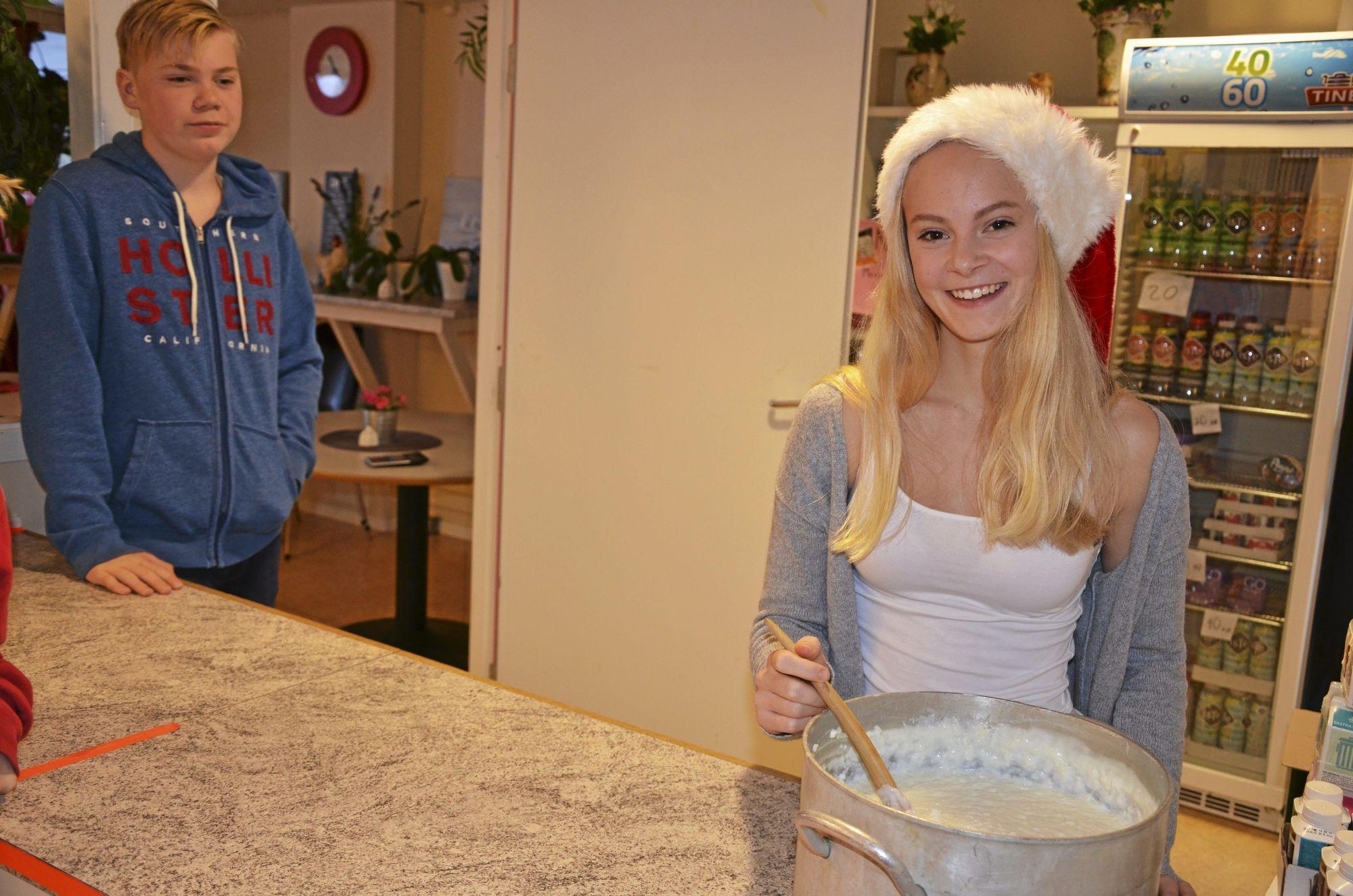 GRØT PÅ MENYEN: Tuva storkoser seg med sleiva mens hun lager grøt iført en kledelig nisselue.