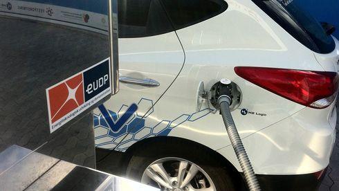 Ingen vet hva det vil koste å bygge ut kraftnettet for elbiler. Hydrogen-forkjemperne etterlyser regnestykket
