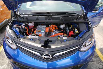Under panseret på en Opel Ampera-e.