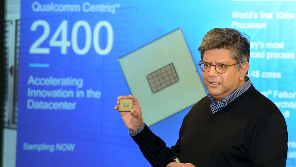 Sjef for Qualcomm Datacenter Technologies , Anand Chandrasekher, viser frem Qualcomm Centriq 2400.