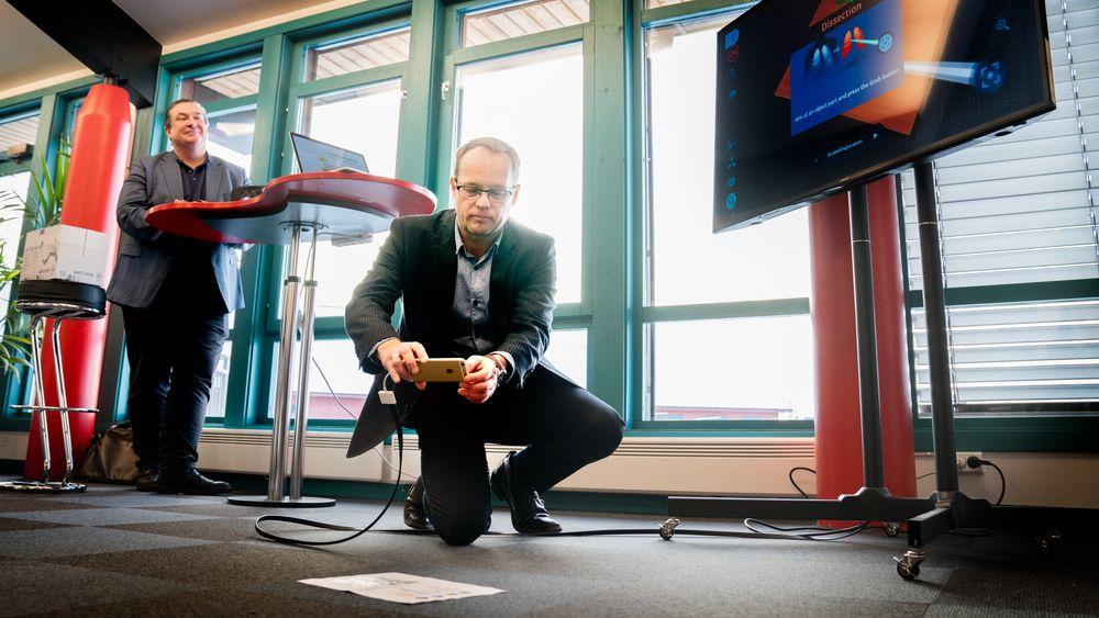 Mikael Jacobsson i EON Reality og Knut Henrik Aas i Elverumregionens næringsutvikling demonstrerer AR-dissekering av frosk.