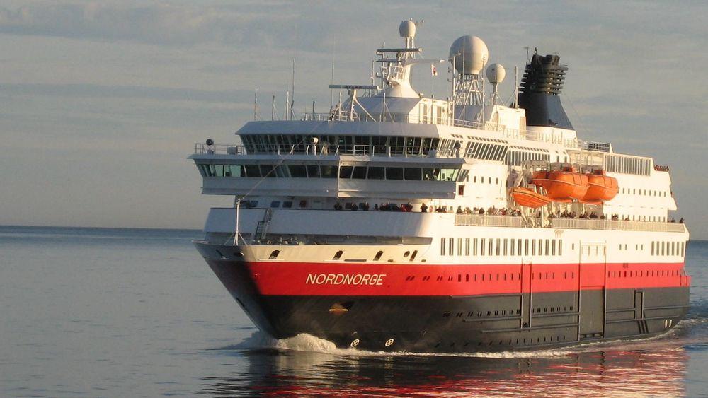 MS Nordnorge utenfor Lofoten. Skipet er klargjort for landstrøm.
