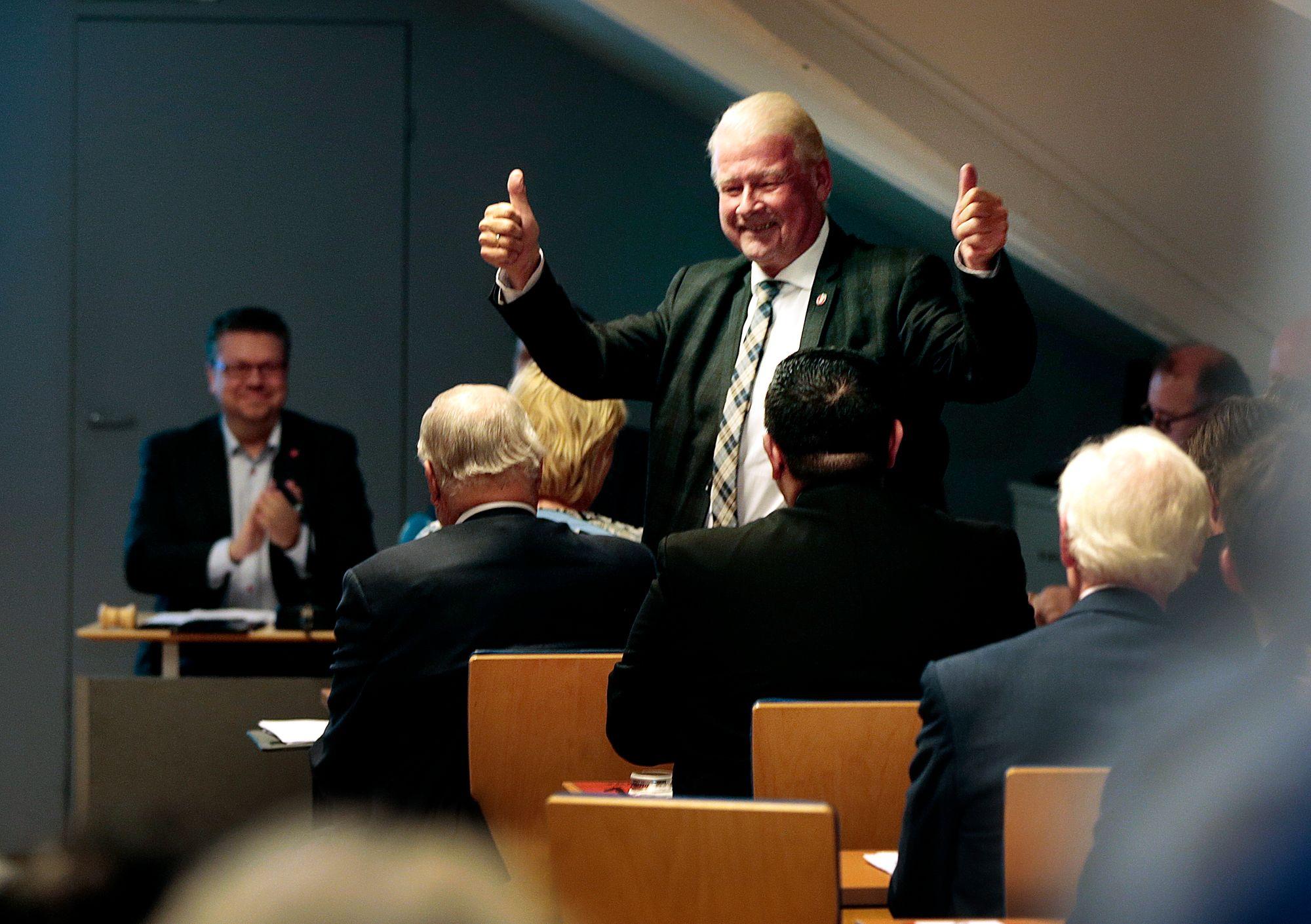 Carl I. Hagen deltar på nominasjonsmøte til Oslo Frp på partikontoret til FrP i Oslo mandag kveld. Foto: Lise Åserud / NTB scanpix.