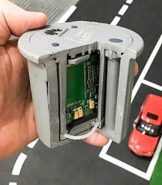 Parkeringssensor: Ved å frese slike smarte bokser ned i asfalten på en parkeringsplass kan de kommunisere om det er en bil der eller ikke over NB IoT.