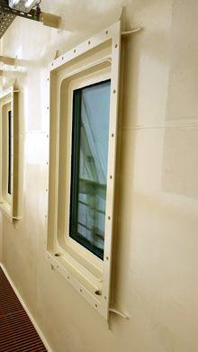 Forsterket: Også vinduene for sjøoffiserene på øverste dekk er forsterket etter ulykken. Flaggstaten Singapore krever at det skal være mulig å se ut. Foto: COSL.
