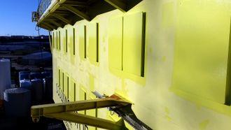 Fjernet: Samtlige vinduer på de to nederste dekkene på COSL Innovator er nå sveiset igjen med stål. Foto: COSL.