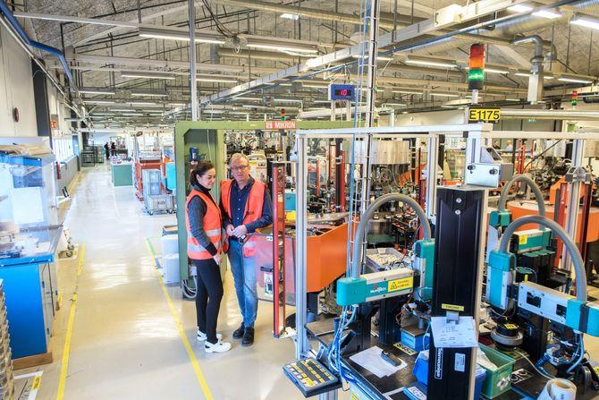 Helautomatisert: Adm. direktør i Elko, Vibeke Lund Skeide, og produksjonssjef ved fabrikken i Åmot, Svein Leversby, viser oss rundt på den svært automatiserte fabrikken hvor langt over halvparten av norske stikkontakter, bryter og annet elektromateriell produseres.