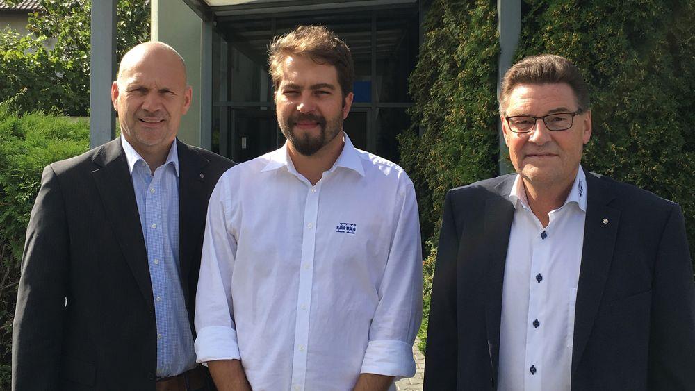 Daglig leder i ACT Logimark, Morten Mathiesen, til venstre, sammen med Adam Oleksiewicz, i midten, og regionsjef Einar Berg under et besøk hos Radwag i Polen.