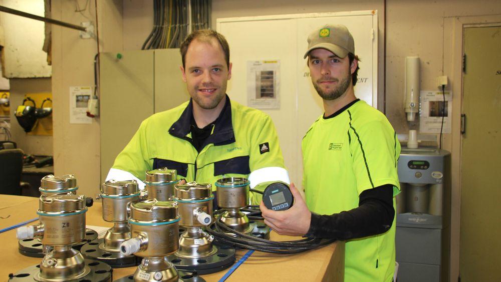 Børge Tjelta fra Siemens (til venstre) og Espen Refvik fra Felleskjøpet Rogaland Agder med de nye nivåmålerne før montering.