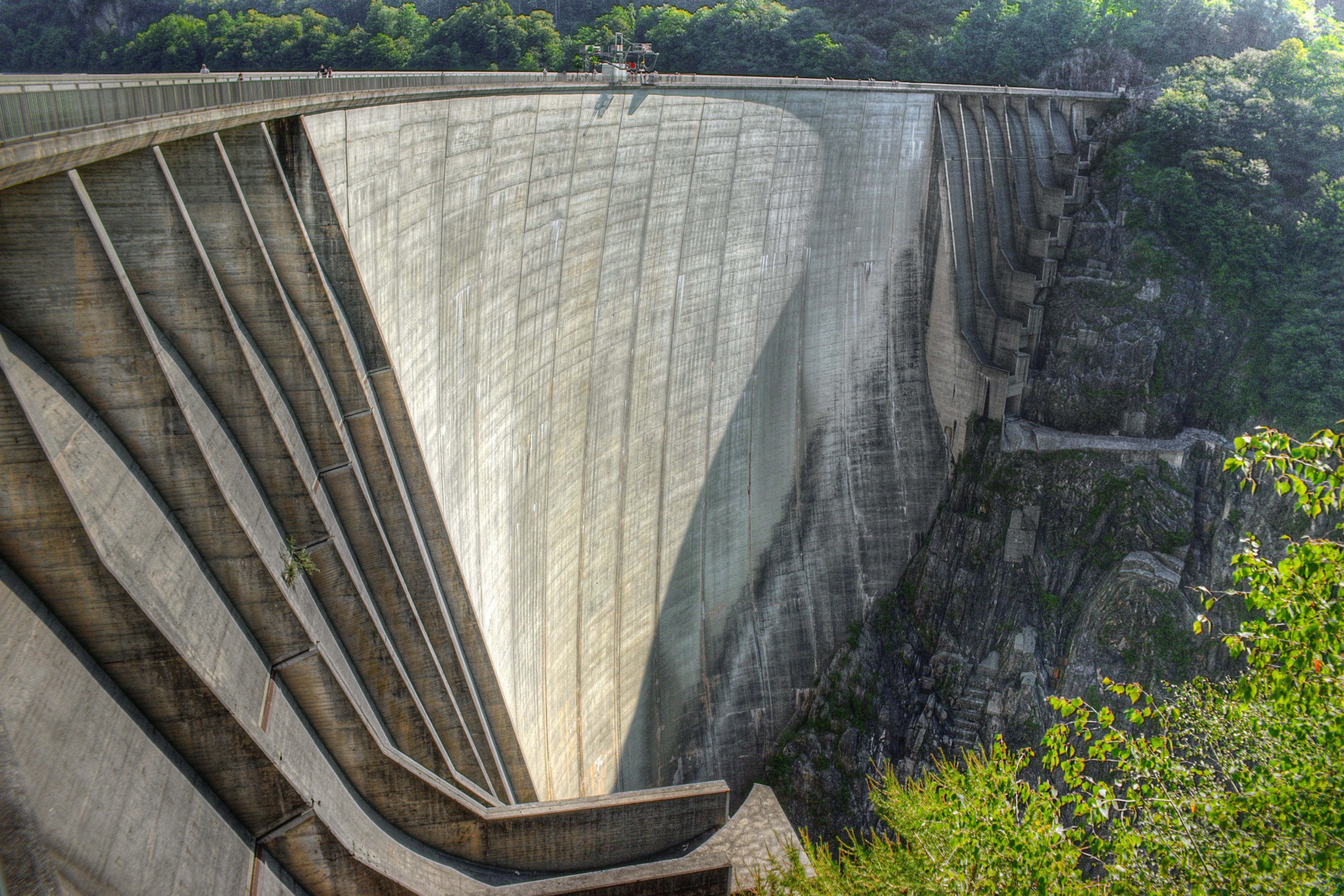 Contra dammen i Sveits er nok mest kjent for at den ble brukt i åpningscenen til Bond-filmen GoldenEye, som var den første filmen der Pierce Brosnan spilte Bond. Dammen er 220 meter høy, 380 meter bred og 7 meter tykk og ble åpnet for mer enn 50 år siden. Kanskje kan den i fremtiden bli sjekket av Elops scannere.