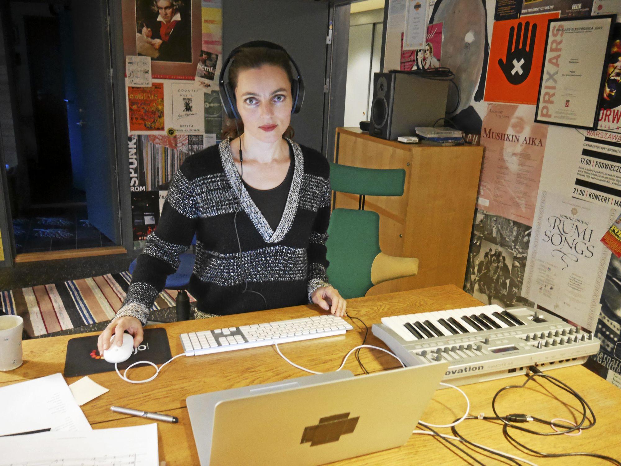 HJEMMESTUDIO I KJELLEREN: Ratkjes hovedinstrument er stemme og hun bruker ofte elektronikk i sine fremførelser.