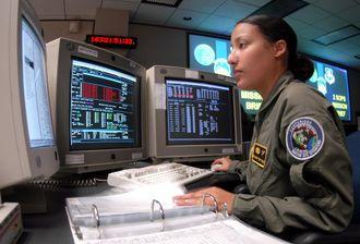 En satellittsystemoperatør ved kontrollstasjonen i Colorado.