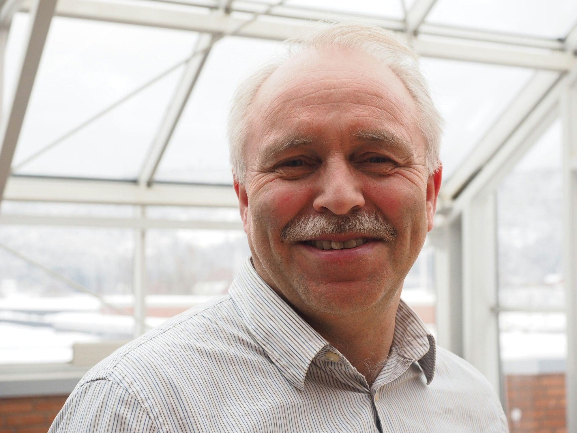 Forskningsleder Nils-Olav Skeie ved Høgskolen i Sørøst-Norge mener at med selvlærende systemer kan man selv i eldre hus redusere energibruken med opp mot 40 prosent.