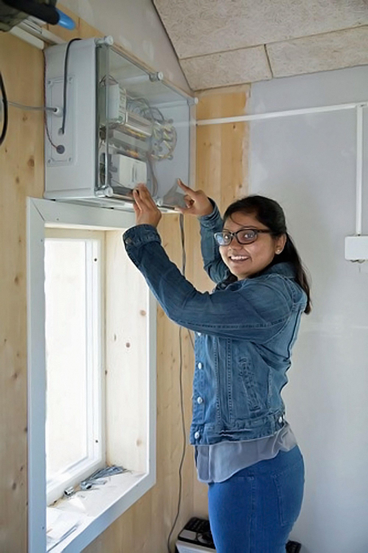 Dr. Perera inne i en av høgskolens testbygninger. Denne komponenten innhenter nødvendige data til løsning hennes, (Foto: HSN).