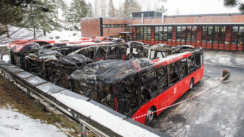 Fire hybridbusser ble totalskadet i brann på Furubakken natt til mandag. Foto: Fredrik Varfjell / NTB scanpix