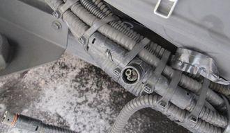 Demontert skjøteledd (T-stykke), med skader og irr, i referansebussens front, montertuskjermet fra veimiljøet og i parallelle slynger.