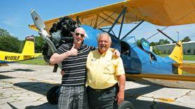 TOMMEL OPP: Artikkelforfatter (t.v) og Lenny Ohlsson etter retur fra dagens gaggle flight i hans Waco UPF-7.