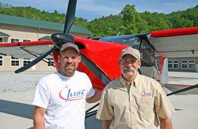 FLYMENN: Gary Schmitt (t.v) og Troy Woodland (t.h) fra Just Aircraft LLC.