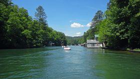 VAKKER NATUR: Lake Burton ligger i fantastiske omgivelser med eiendommer helt ned til vannkanten.