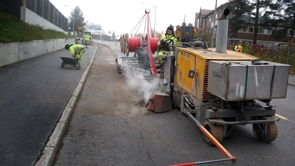 Med en fart på en meter i minuttet freste Broadnet opp 2,5 km vei i Oslo i november 2012, og la med det ned seks rør som kunne brukes til fiber. Når toget var passert, var veien satt i stand.