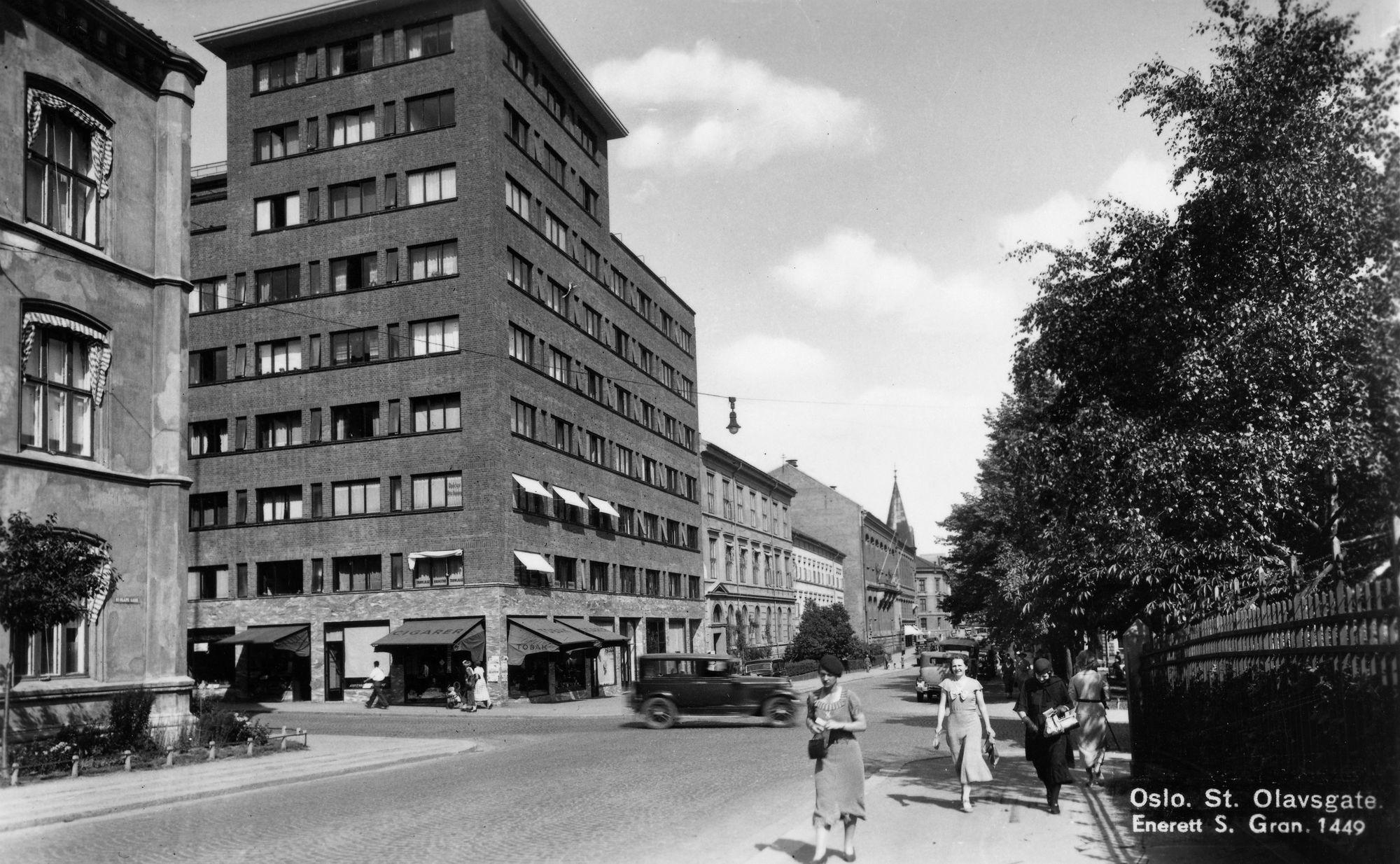 Her ser vi et bilde av Thon Hotel Europa i St. Olavs gate 31 i Oslo som er tatt ca. 1935-40. Foto: S. Gran/Oslo Museum.