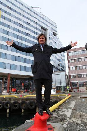 Choice-sjef Petter Stordalen på kaia utenfor hotellet i forbindelse med omvisning med Hotellmagasinet noen måneder før åpning mai 2014.